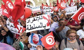 تونس: آلاف المتظاهرين ينددون بـ«الانقلاب»… والمرزوقي يدعو الجيش للتخلي عن سعيّد
