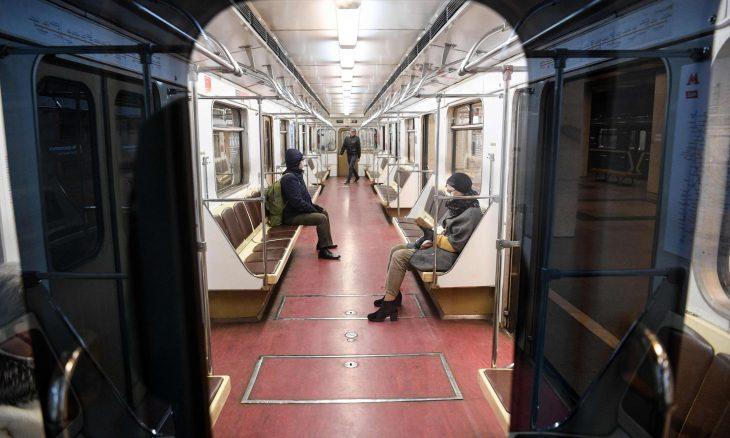 شخص يقلي النقانق في مترو موسكو- (شاهد)