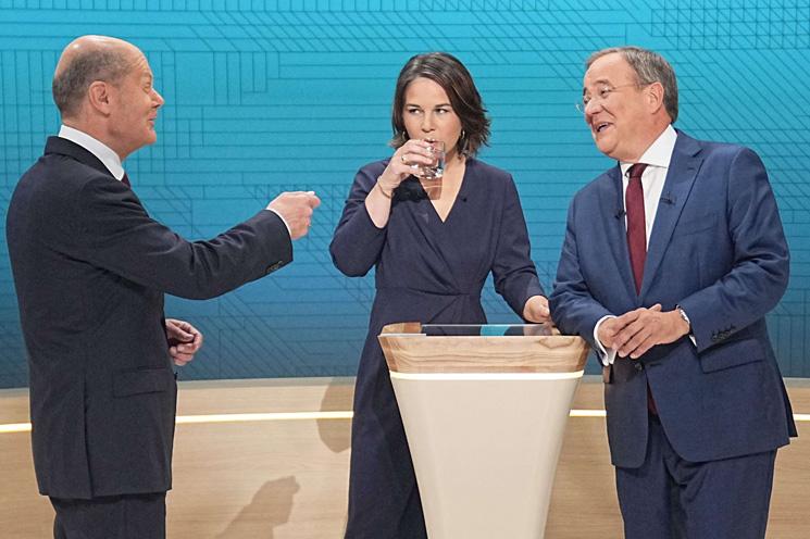 مرشح ميركل لمنصب المستشارية يشن هجوما على منافسه في ثاني مناظراته التلفزيونية