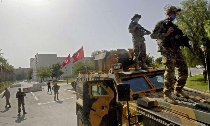 """بين شخصية بورقيبة وأسلوب بن علي.. هل تقود """"تدابير"""" سعيّد إلى إعادة الديكتاتورية لتونس؟"""