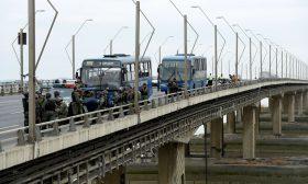 جسر في الإكوادور ينقسم إلى نصفين بشكل مفاجئ وبطريقة غريبة- (شاهد)