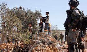 هآرتس: حتى يعتاد العالم.. نتعاون على قطع أشجارهم أولاً وقتل أولادهم قبل رميهم في الأردن