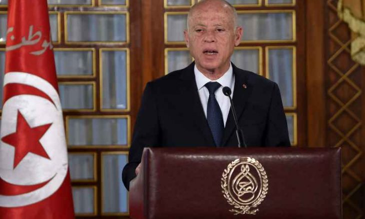 """خبراء: تمسك """"سعيّد"""" بقراراته رغم تصاعد الضغوط يصعّب وضع تونس"""