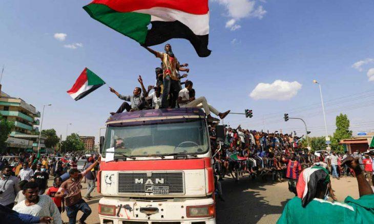 «ثوار السودان» يستعيدون الشارع… الآلاف تظاهروا ضد الحكم العسكري